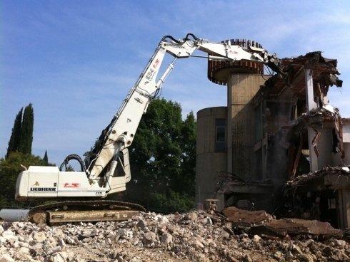 Distruzione di uffici e complessi industriali fatiscenti.