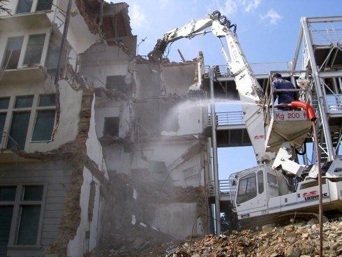 La demolizione dei fabbricati viene eseguita da personale serio e qualificato.