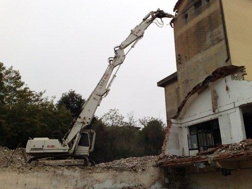 La ditta Toscana Scavi dispone di bracci meccanici per la demolizione controllata di palazzi.