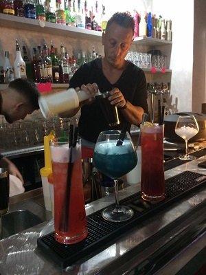 Barista prepara il drink a Da Baby Caffè a Bergamo