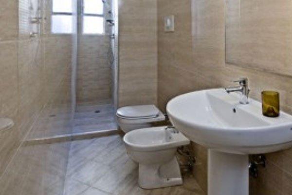 un bagno con vista di un lavabo,un bidet, un wc e la doccia