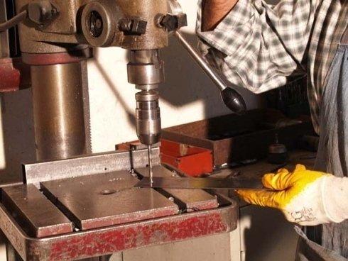 un macchinario con una punta che fora il ferro