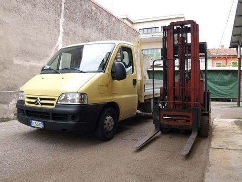 un camioncino giallo e un muletto