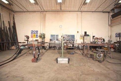 un magazzino con dei macchinari