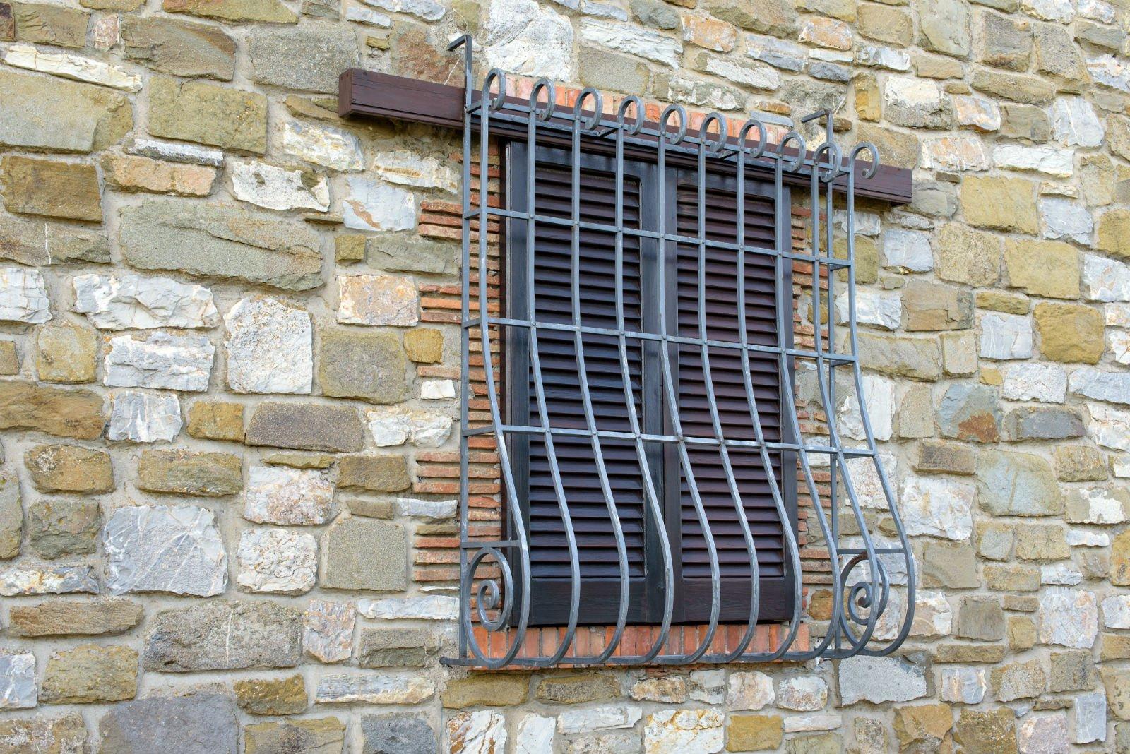 una finestra con una griglia in metallo