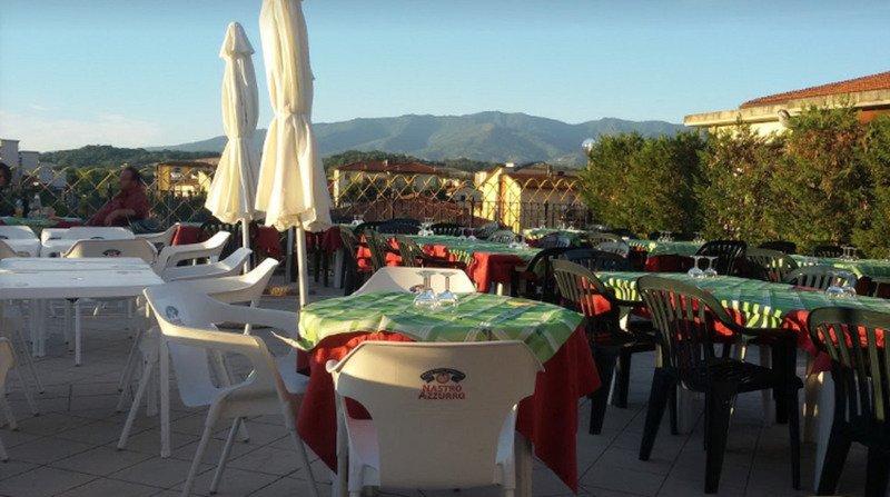 esterno del ristorante con tavoli e sedie