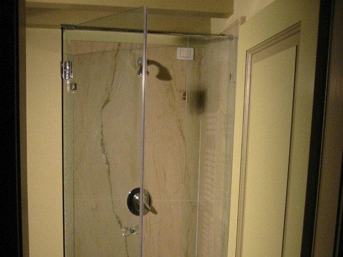 Box doccia con profilo in acciaio