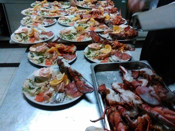 Piatto di frutti di mare e pesci assortite