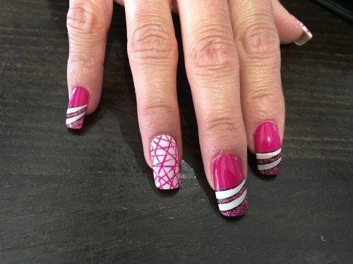 unghie colorate con effetti diversi su ogni unghia