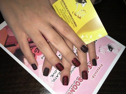 le unghie di una donna di color marrone e bordeaux