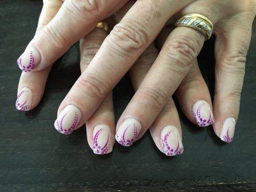 le unghie di una donna di color bianco e viola