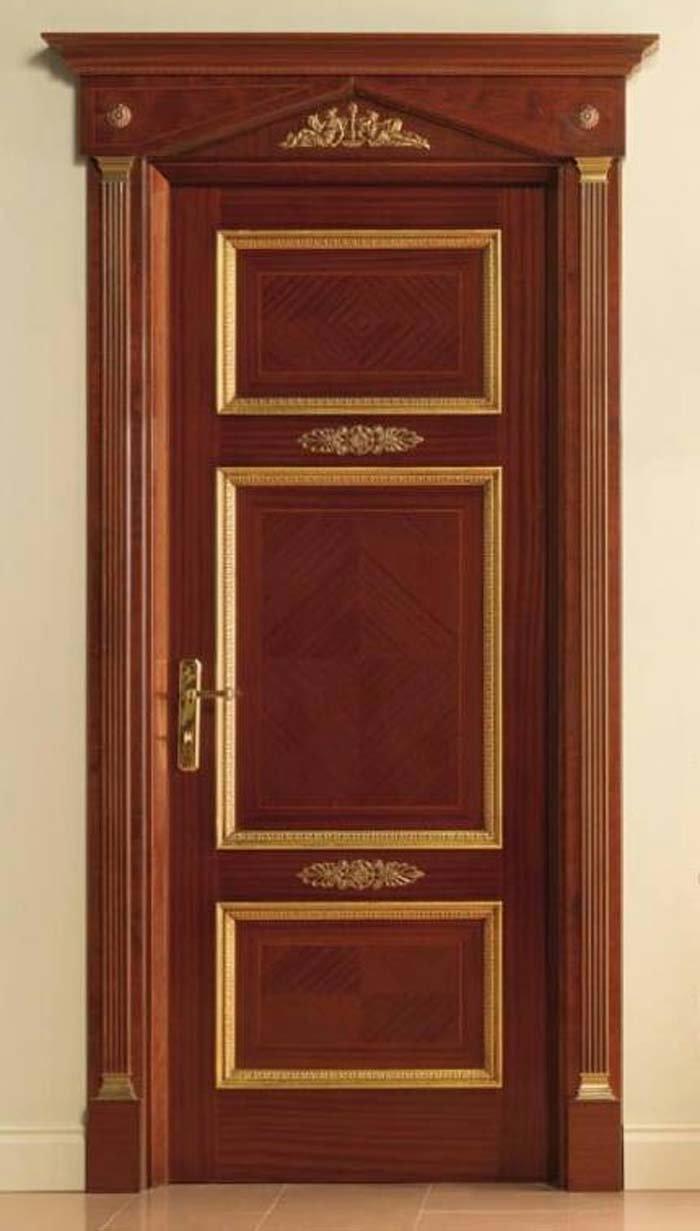 porta in legno con decorazioni