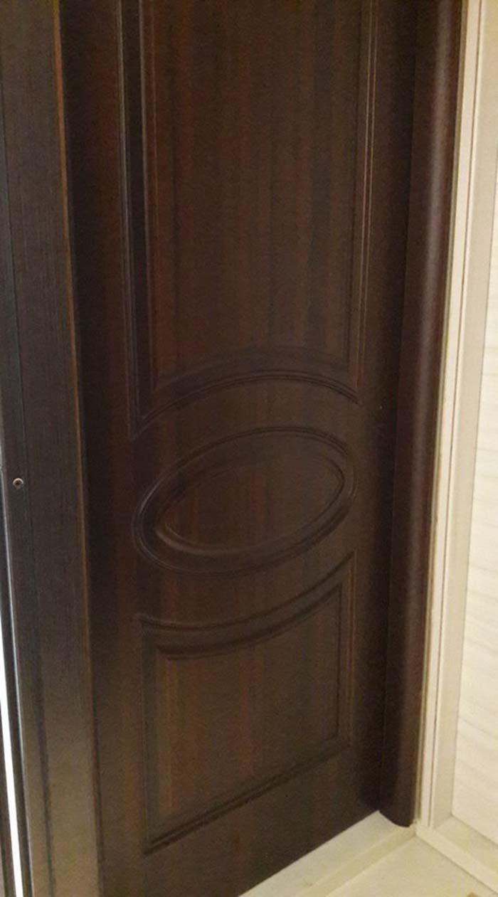 vista laterale di porta in legno