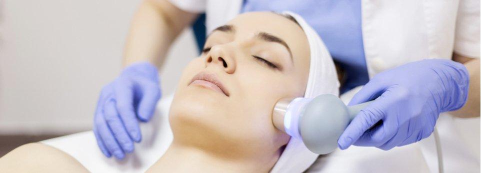 donna durante un trattamento di laserterapia al viso