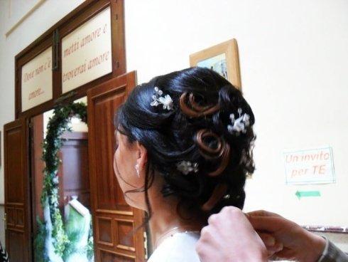 Donna con capelli raccolti con fiori