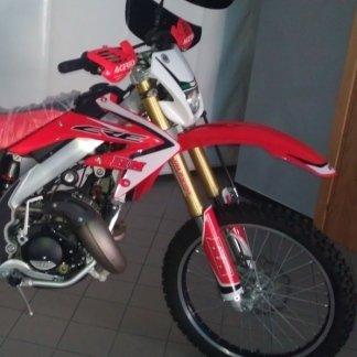 una moto rossa da corsa
