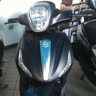 uno scooter nero opaco con una riga blu in mezzo