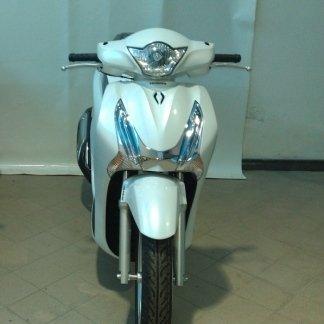 uno scooter bianco con una riga nera al centro visto da davanti
