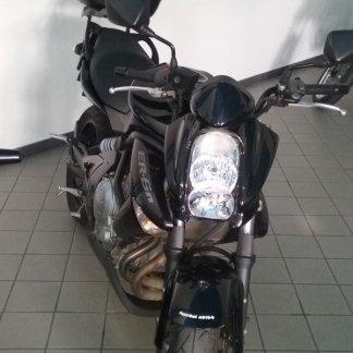 foto sfuocata di uno scooter nero