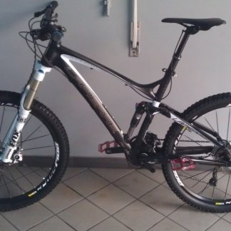 una bicicletta color grigio con sellino nero vista lateralmente