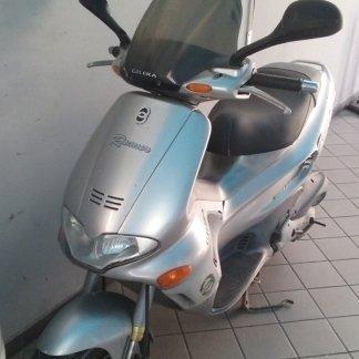 uno scooter color bordeaux visto frontalmente su uno sfondo nero