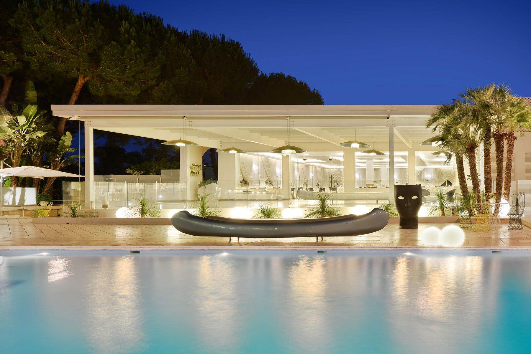 Una piscina con luci accese