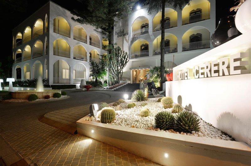 Hotel Cerere visto da lontano con delle aiuole davanti