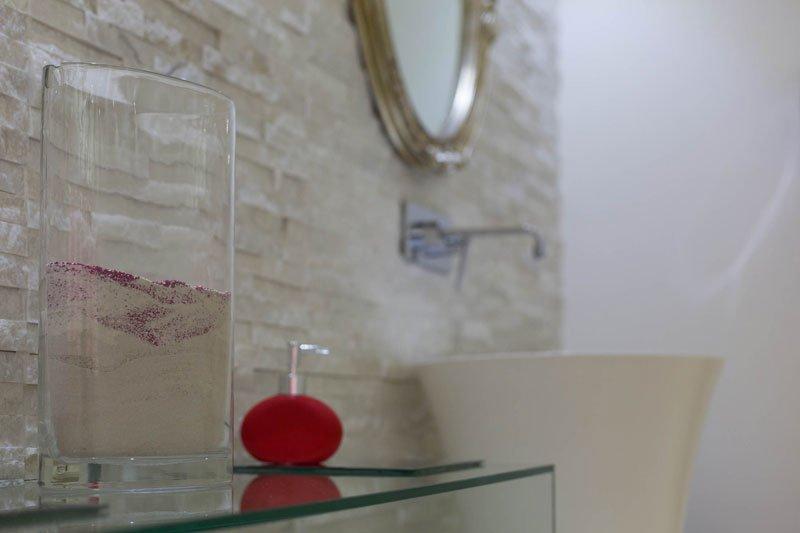 vista ravvicinata di un lavabo di color bianco e un dispenser di sapone liquido