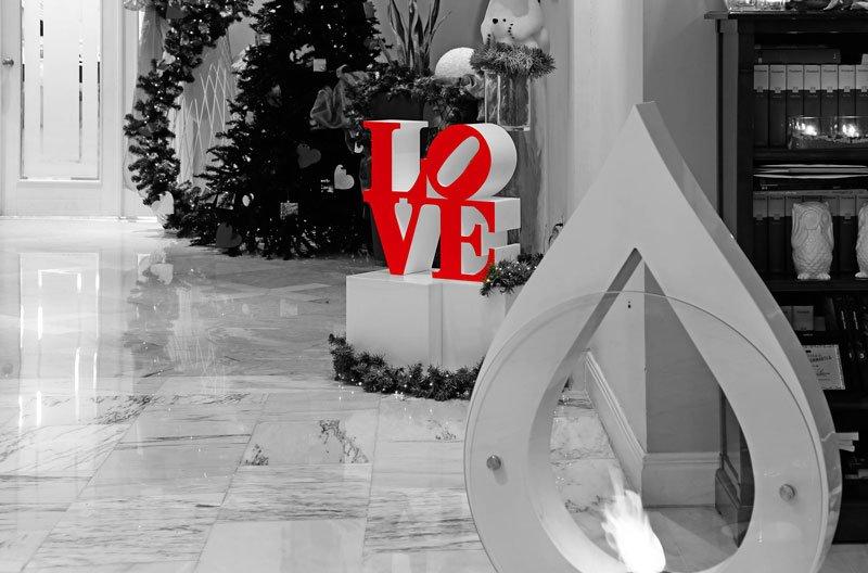 Un albero di natale e una struttura con scritto LOVE