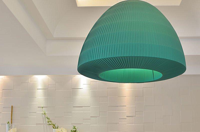 Un lampadario a sospensione di color turchese