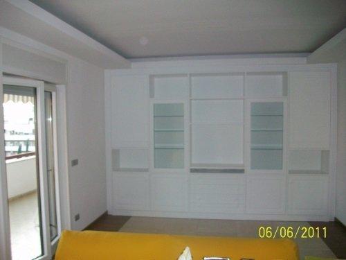 Mobile bianco integrato per il soggiorno