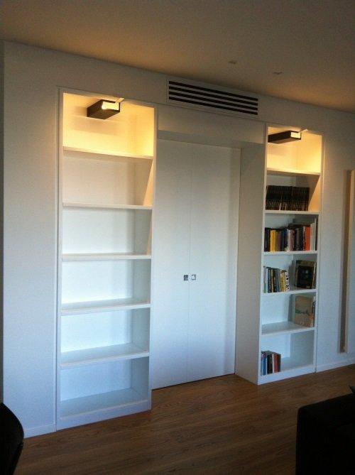 Libreria con luce superiori