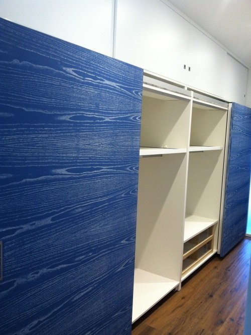 Vernice blu imitando le vette del legno alle porte dell'armadio
