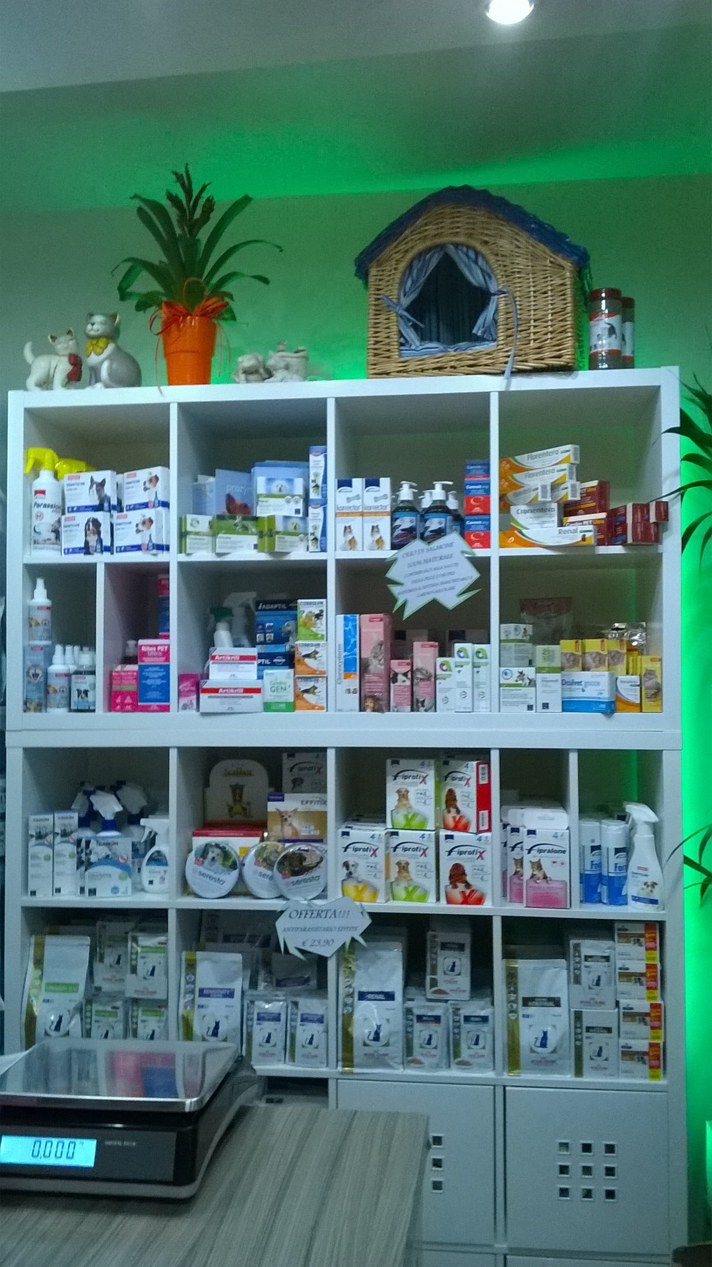 Farmaci per animali esposti negli scaffali