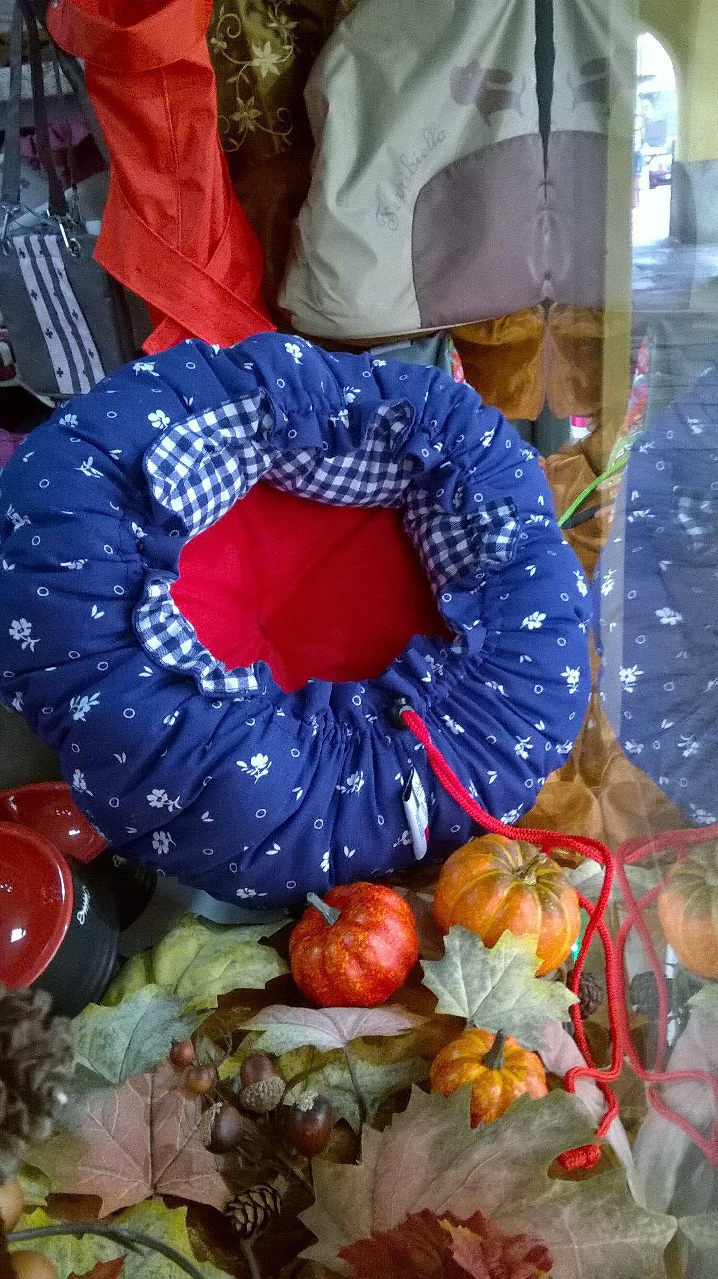Una cuccia per cani in stoffa blu e rossa