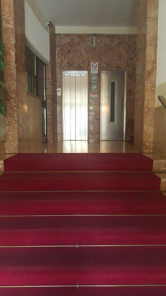 scale con tappeto rosso