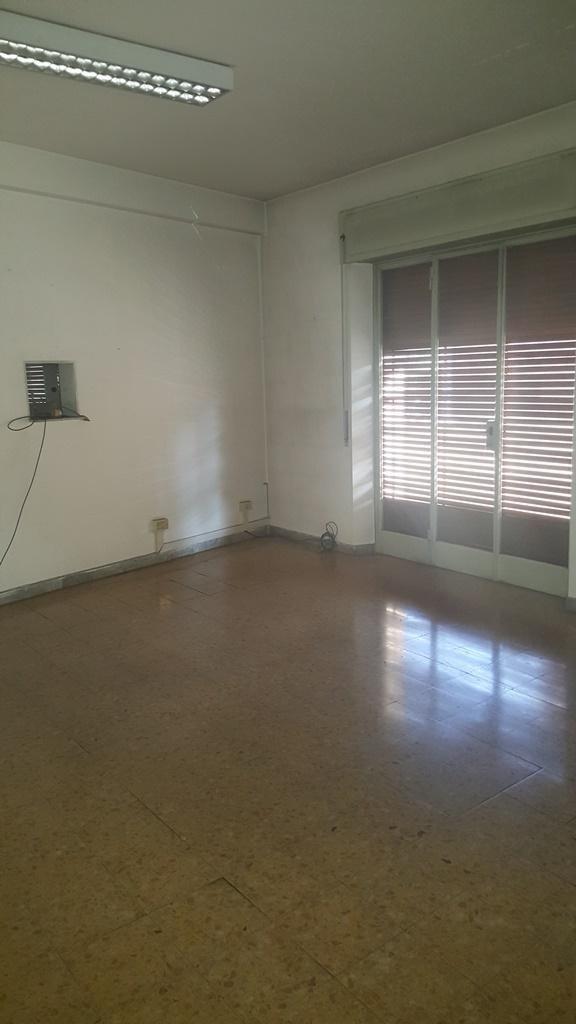 appartamento con pavimento marrone