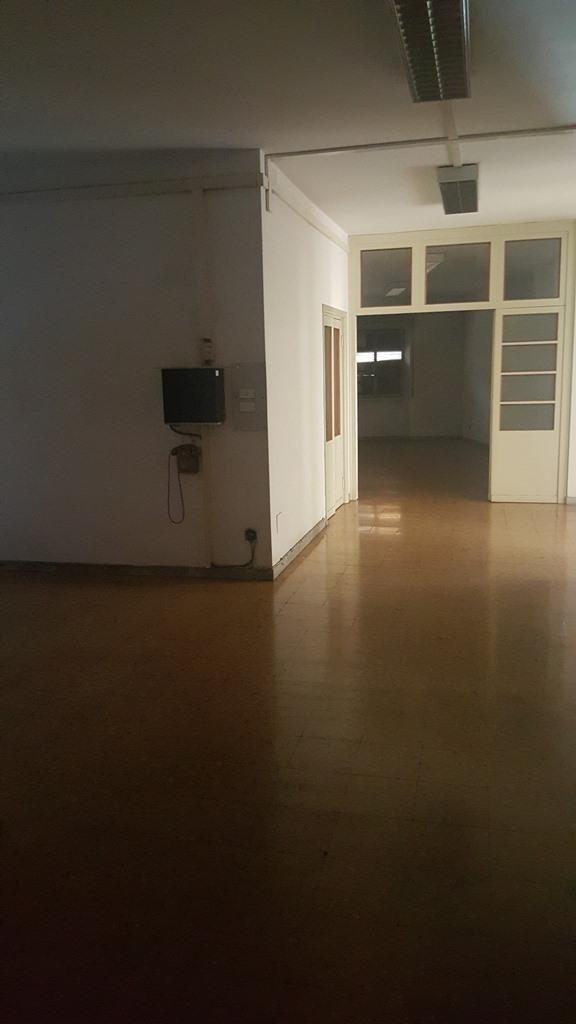 appartamento con scaffale