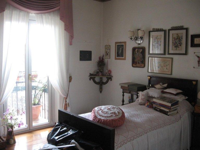 camera da letto piena di quadri