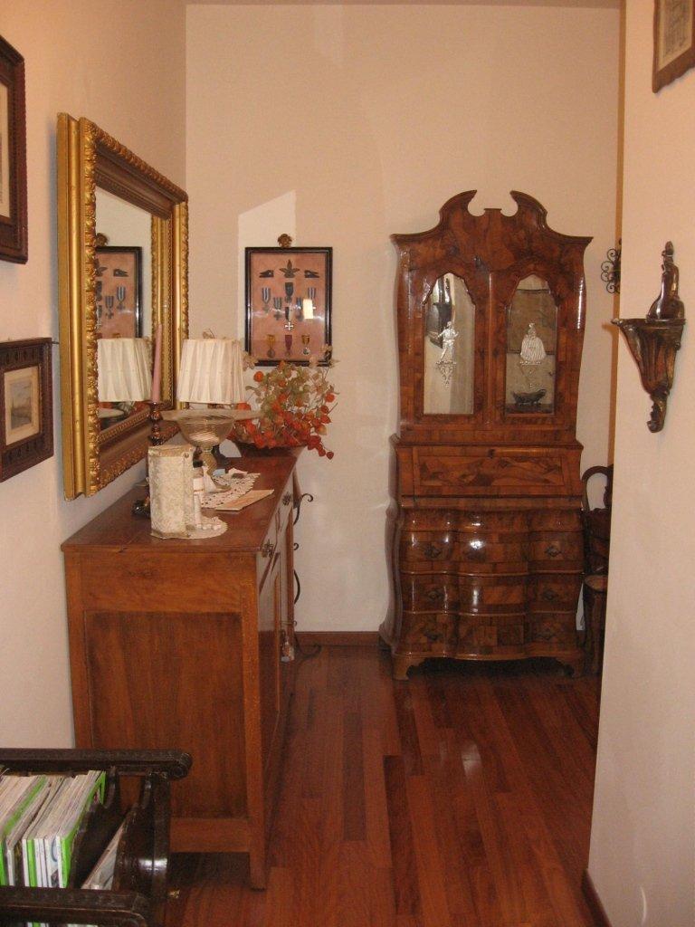 corridoio con arredamento stile antico
