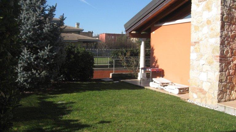 vista laterale di un giardino con angolo della casa