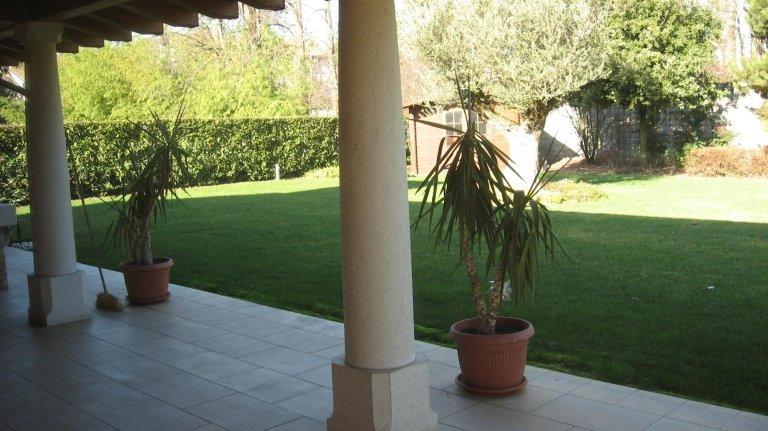 vista di una colonna vicino a un giardino