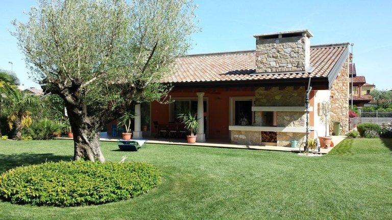vista frontale di una casa indipendente con giardino