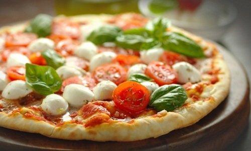 pizza con basilico e pomodoro fresco