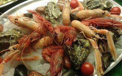 piatto di gamberi e frutti di mare