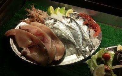 vassoio metallico con pesce fresco