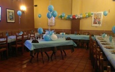 palloncini blu e bianchi su un tavolo per ricevimenti