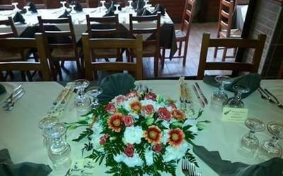 bouquet di fiori su un tavolo da ricevimento