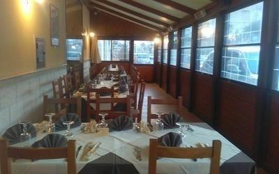 veranda del locale con tavoli pronti