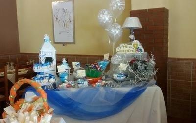 tavolo da cerimonia con tovaglie bianche e blu e allestimenti vari